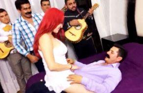 imagen Mexicana folla a su marido delante de los mariachis