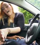 imagen Chica amateur masturba a un desconocido en el coche