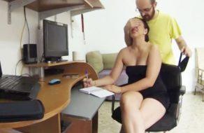 imagen Sorprende a su mujer mientras estudia y la come el coño