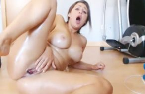 imagen Puta amateur tiene multiples orgasmos tirada en el suelo