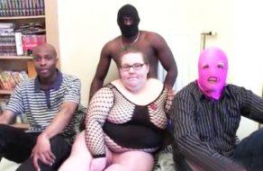 imagen Gorda francesa follada por tres morenos
