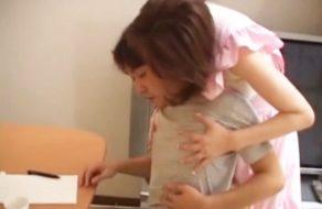 imagen Madre japonesa acosa a su hijo hasta que se lo folla