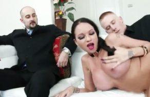 imagen Hombre de negocios comparte a la puta de su esposa