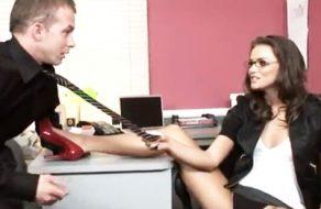 imagen Jefa cachonda abusa sexualmente de su empleado