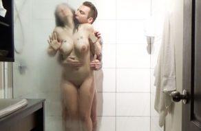 imagen Madurita calentorra follada en la ducha del hotel