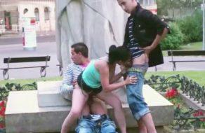 imagen Trio de sexo en la plaza del pueblo, ¡y de día!
