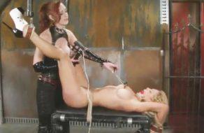 imagen Dominante lesbiana tortura y se folla a su esclava
