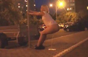 imagen Mujeres muy guarras meando en medio de la calle