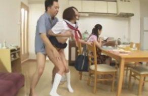 imagen Padre ayuda a su hija con la incontinencia sexual