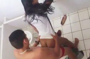 imagen Colegiala follada en los baños de la escuela