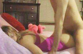 imagen Folla el culo de su hermana mientras duerme ¡y lo llena de leche!