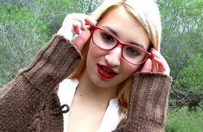 imagen Guarra española con gafas follando en medio del campo
