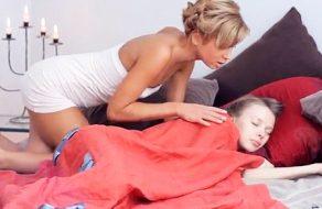 imagen Madre lesbiana se folla a su hija mientras duerme