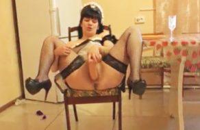 imagen Puta cachonda se masturba vestida de criada