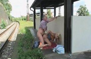 imagen Viejo cachondo se folla a su sobrina en la via del tren