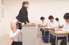 imagen Alumno lame el coño de la profesora en medio de clase
