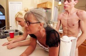 imagen Madre e hija folladas como putas por el hijo de la familia