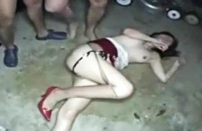 imagen Mujer tailandesa brutalmente violada en el suelo del garaje