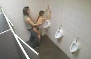 imagen Camara de vigilancia graba sexo en el baño de la disco