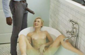 imagen Negro sorprende a la hija de su novia en la bañera