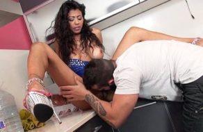 imagen Asistenta brasileña limpia, cocina, y chupa verga ¡todo incluido!
