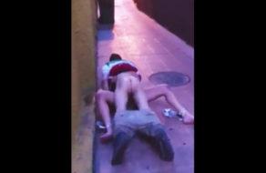imagen Pareja pillada follando en el suelo de la calle a plena luz del día