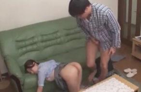 imagen Hermana dormida follada por sorpresa en el suelo del salon