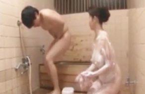 imagen Mami japonesa se pone cachonda al bañar a su hijo