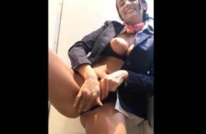 imagen Azafata se masturba en el baño del avión en pleno vuelo