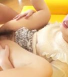 imagen Folla su coño peludo mientras un vibrador prepara su virgen culito