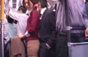 imagen Desconocido arrima la verga y se frota con una mujer en el autobus
