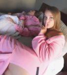 imagen Se cuela en el dormitorio y se folla a las amigas de su hermana