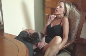 imagen Insatisfecha con el marido deja que su hijo la consuele (incesto)
