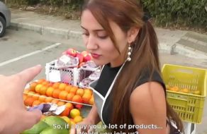 imagen Vendedora de fruta colombiana folla con sus mejores clientes