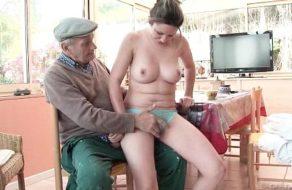 imagen Viejo verde se pone las botas con la mujer del vecino