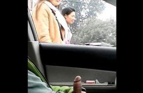 imagen Chino exhibicionista enseña la verga por las calles de Beijing
