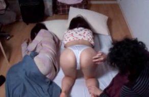 imagen Incesto con su hermana pequeña mientras la otra duerme al lado