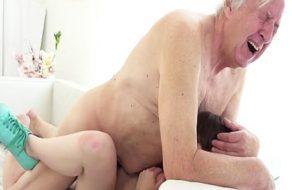 imagen Abuelo a punto de sufrir un infarto por follarse a la nieta