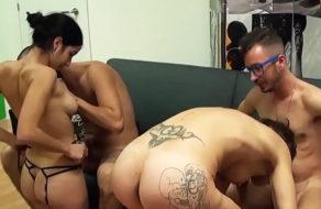 imagen Españolas putitas intercambian novios en una pequeña orgia