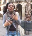imagen Negra sin papeles folla con el policia para que no la arrestre