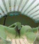 imagen Guarrilla se hace un dedo en la maquina de los rayos uva