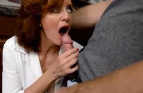 imagen Hijo paga a su madre a cambio de una buena sesion de sexo