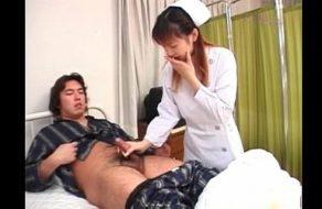 imagen Enfermera no se resiste a hacerle una paja a uno de sus pacientes
