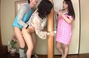 imagen Viola a su madre mientras ella limpia la casa con su hermana