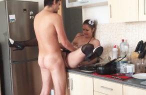imagen Folla el culo de su novia para que friegue los platos con ganas