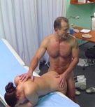 imagen Doctor se folla a la chica de la limpieza dentro de su consulta