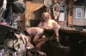 imagen Jefa hace que su camarero se gane el sueldo comiendola el coño