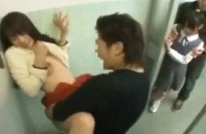 imagen Violada delante de su hija en los baños del cine