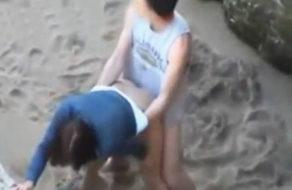 imagen Pillados follando en la playa al lado de las familias