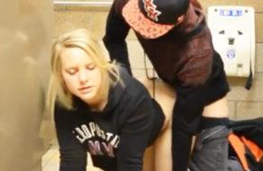 imagen Estudiantes americanos follando en los baños de la universidad